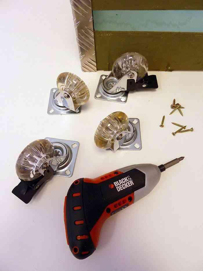 revistero de estilo industrial poner ruedas paso 6