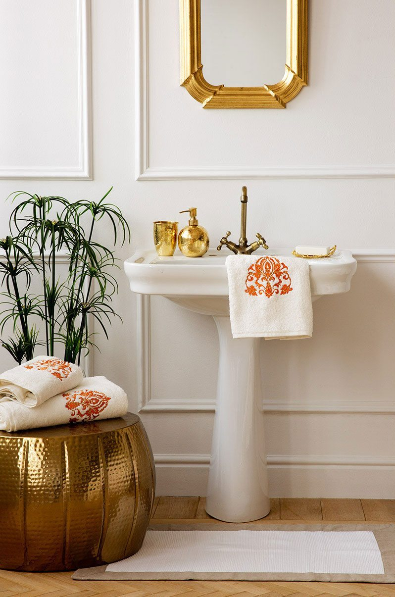 decorar las paredes zara molduras