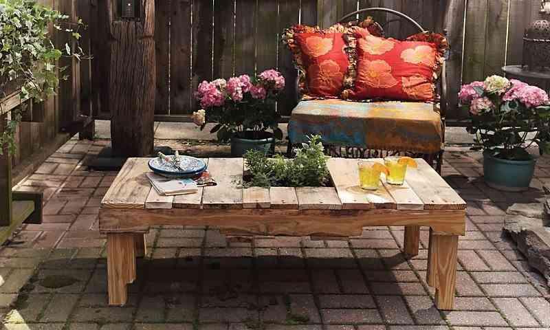 mesa de exterior con un palet mesa palet apertura