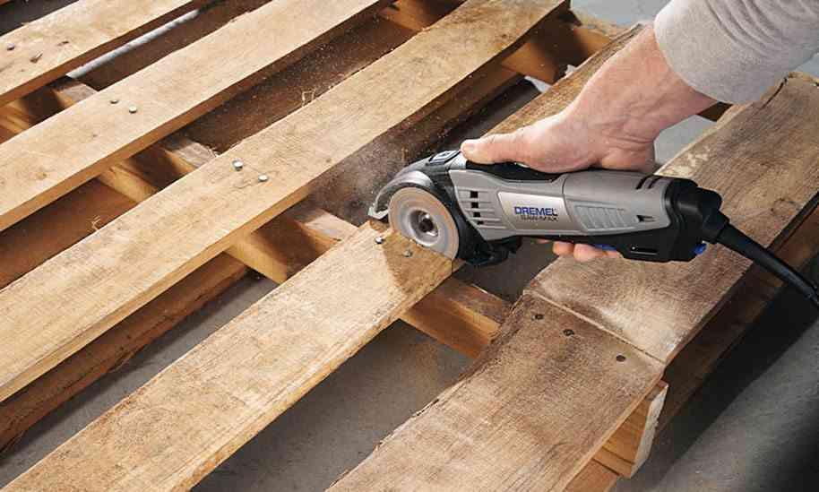 Construye t mismo una mesa de exterior con un palet for Mesa de palets paso a paso
