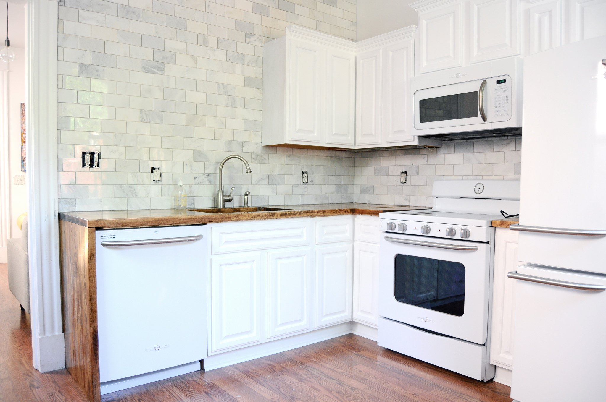 Trucos para actualizar la cocina y dejarla como nueva - Cocina blanca encimera blanca ...