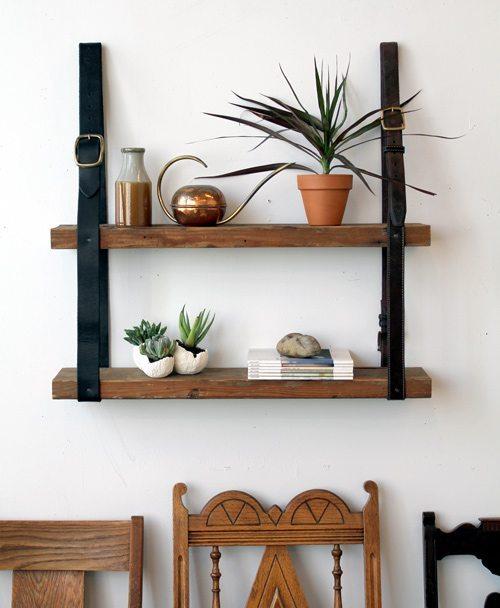 estantería hecha con cinturones y tablas de madera