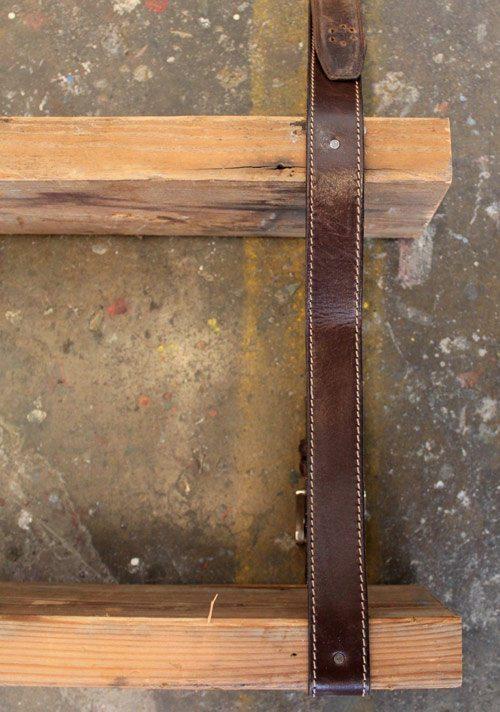 dos tablas de madera sujetas por un cinturón