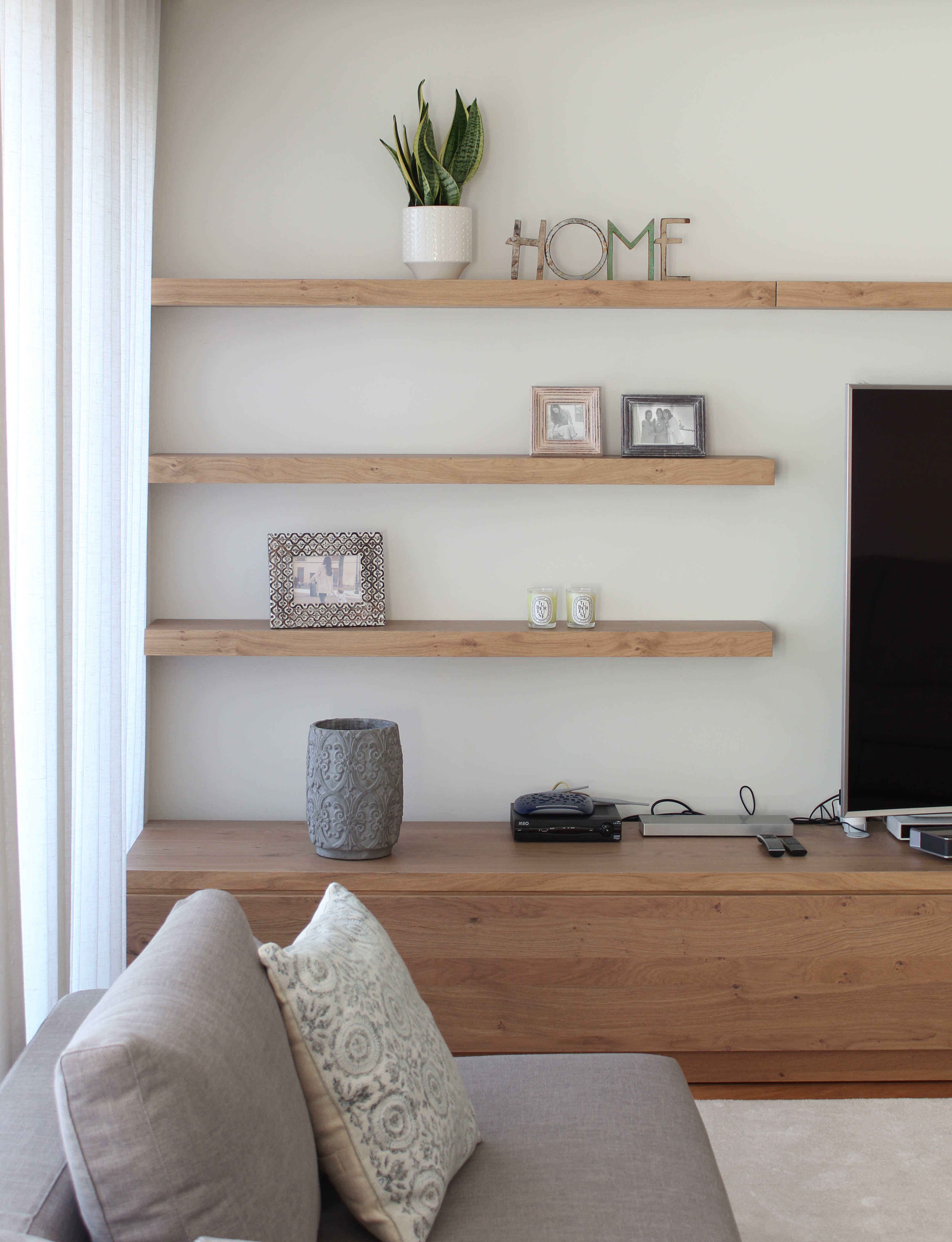 La nueva casa de sara carbonero en oporto con muebles for Adornos para poner encima de una mesa de salon