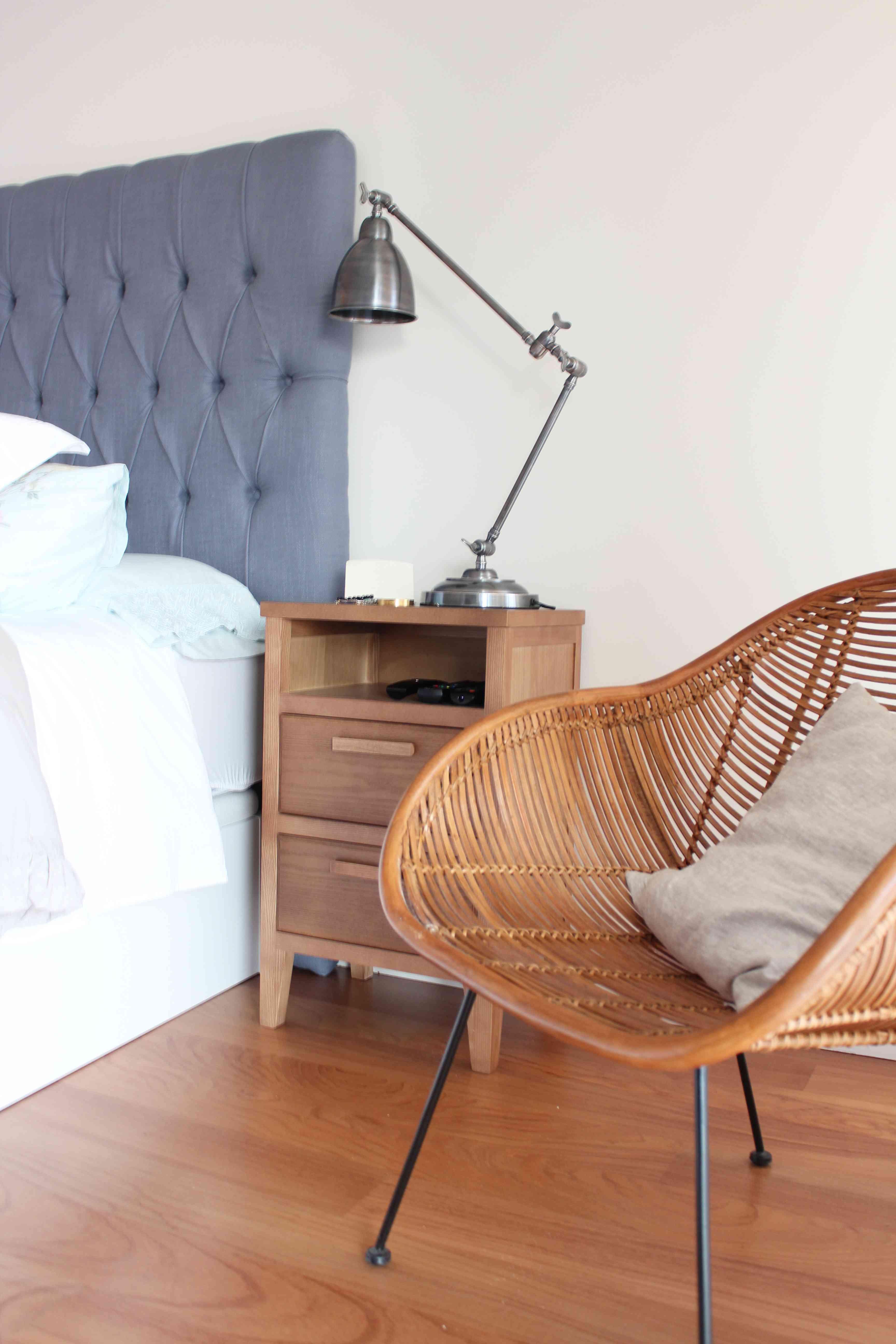La nueva casa de Sara Carbonero en Oporto con muebles Kenay Home - silla y mesita
