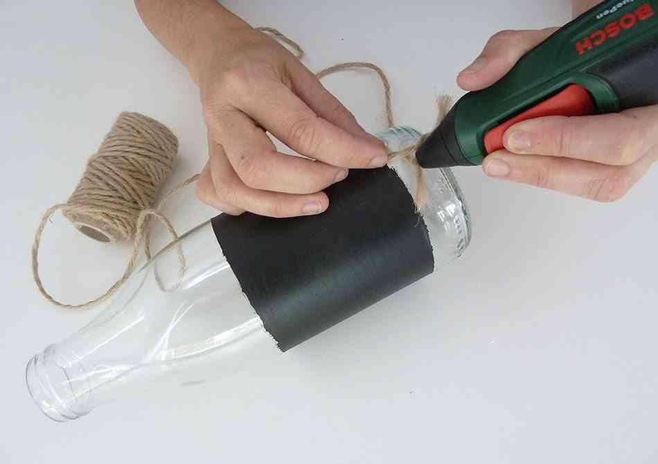 decorar una botella pegando cuerda 2 ok