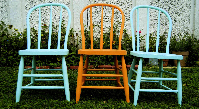 sillas pintadas en azul y naranja