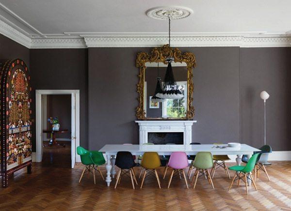 salón con sillas de colores