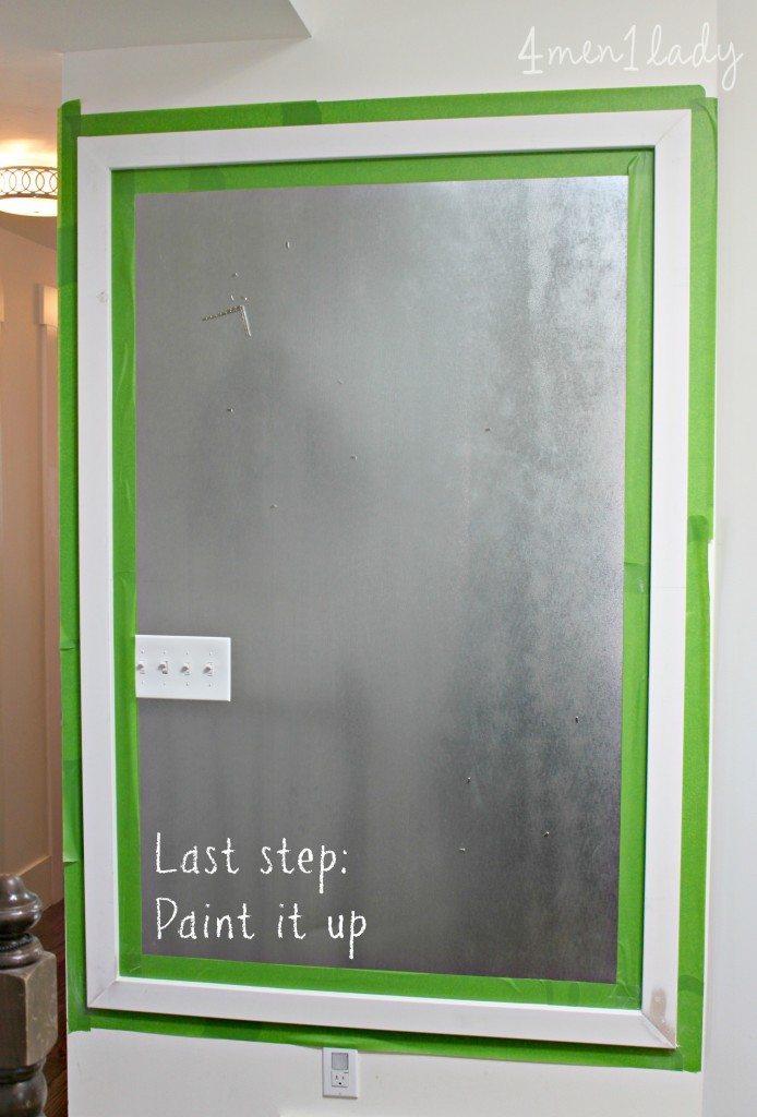 tablón de metal con marco de madera