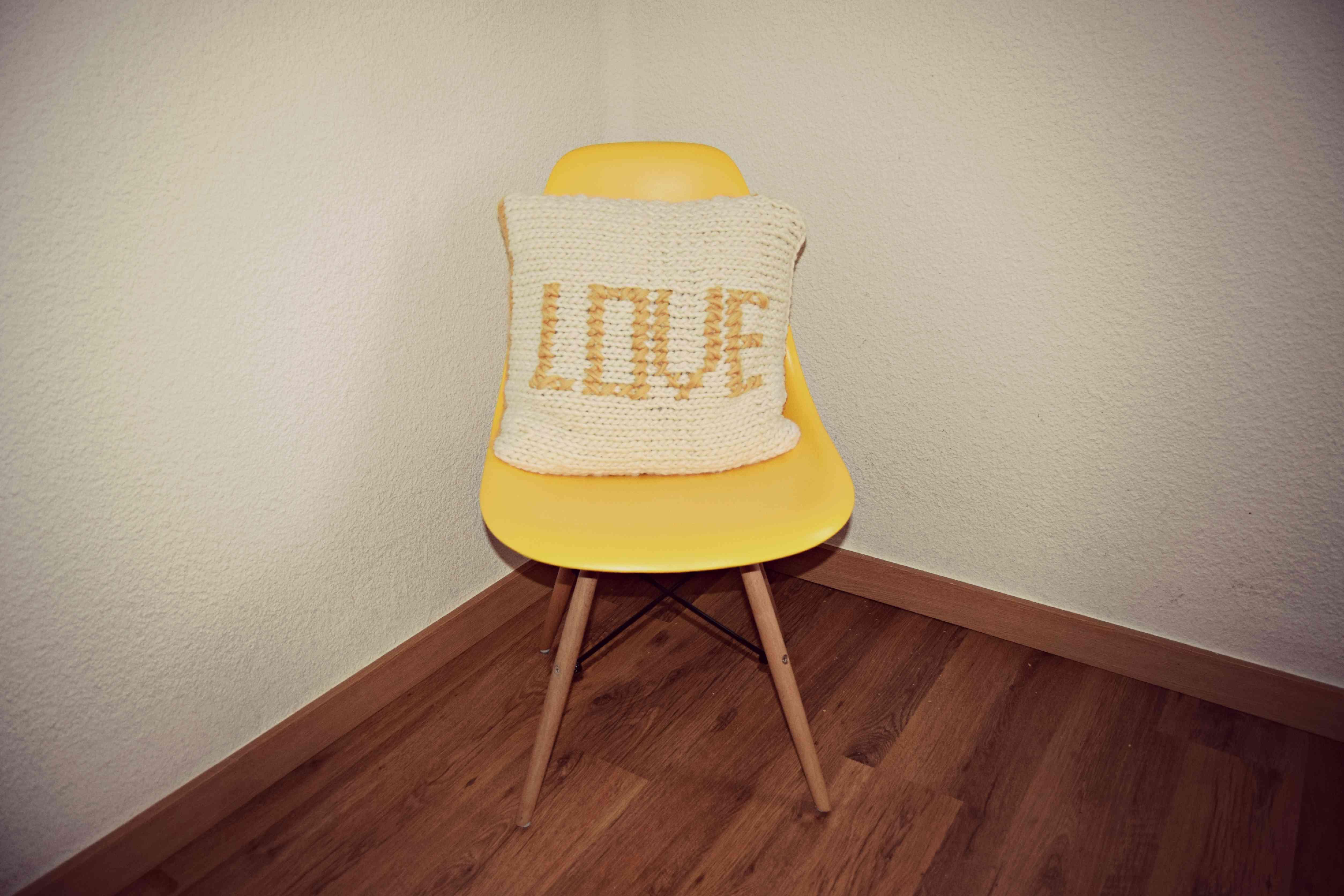 bordar a punto de cruz - silla EAMES con cojin de lana bordado en punto de cruz 2
