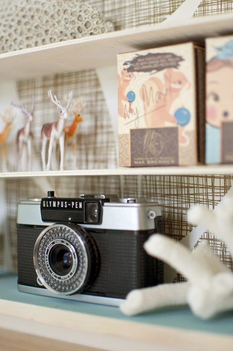 estantería decorada con papel pintado