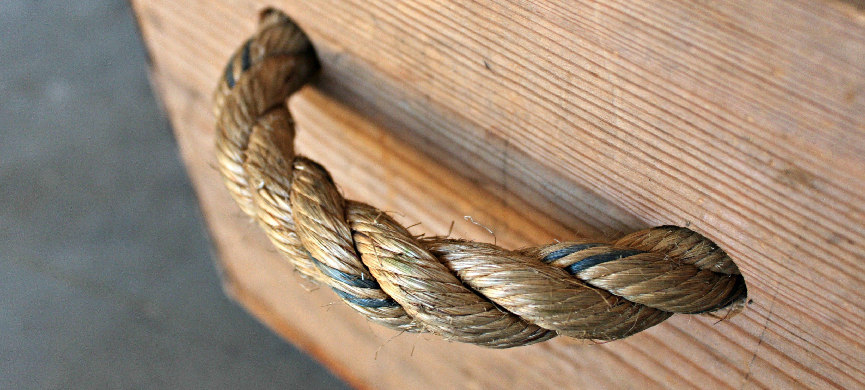 cuerda y cajón de madera