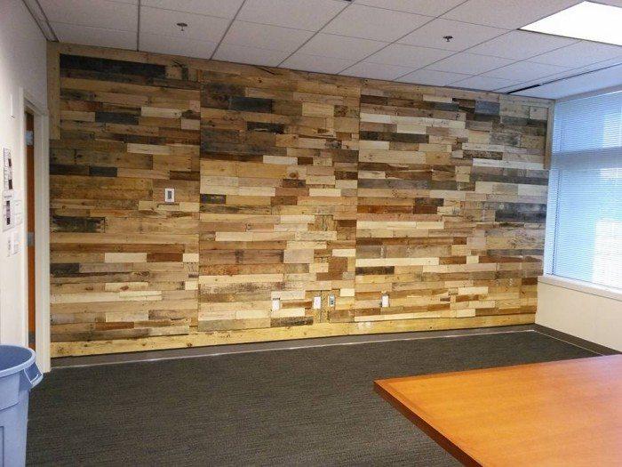 pared revestida con restos de madera