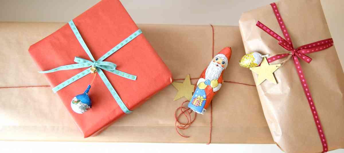 C mo envolver regalos de navidad con detalle de chocolate for Ideas para envolver regalos