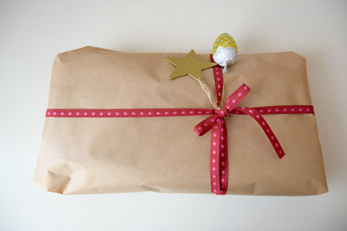 Como envolver regalos de Navidad - papel craft y lazo rojo