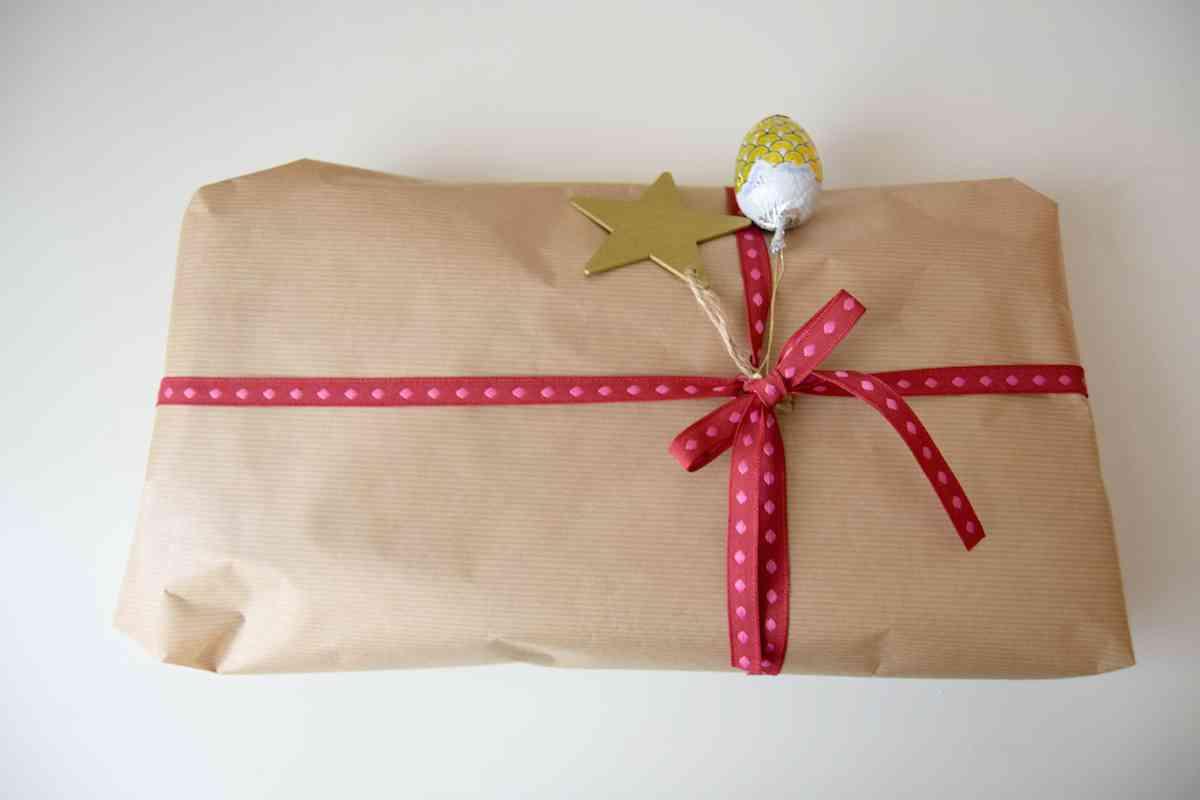 Como envolver regalos de navidad papel craft y lazo rojo - Envolver regalos de navidad ...