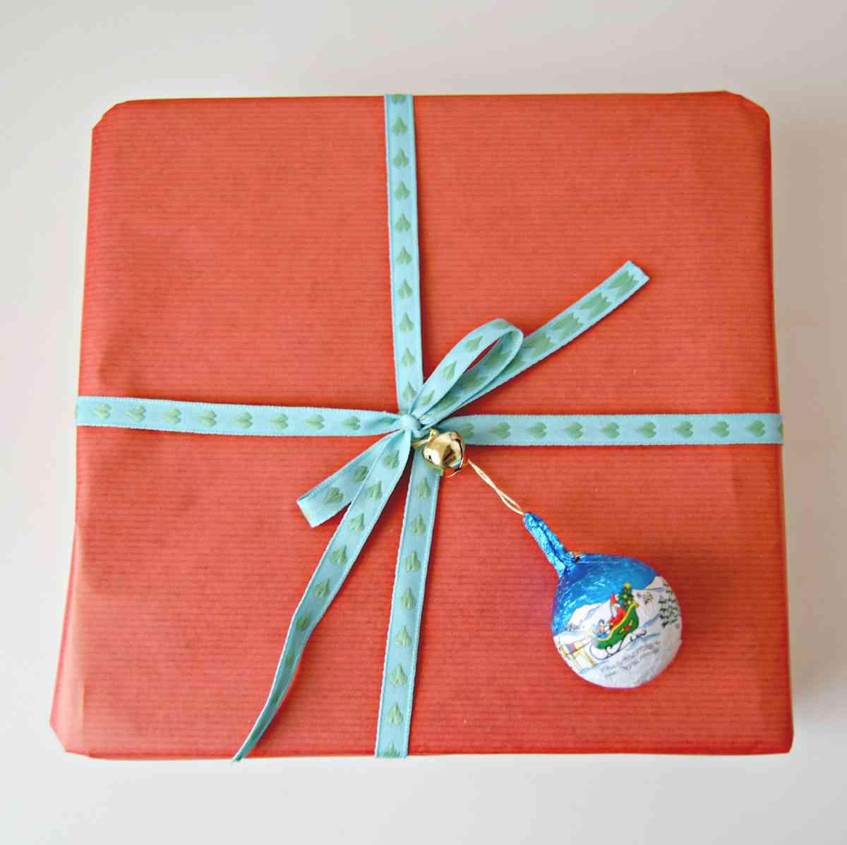 Como envolver regalos de Navidad - papel rojo y lazo azul
