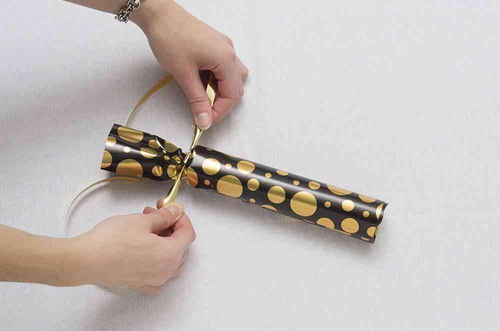 detalles de navidad atando cinta