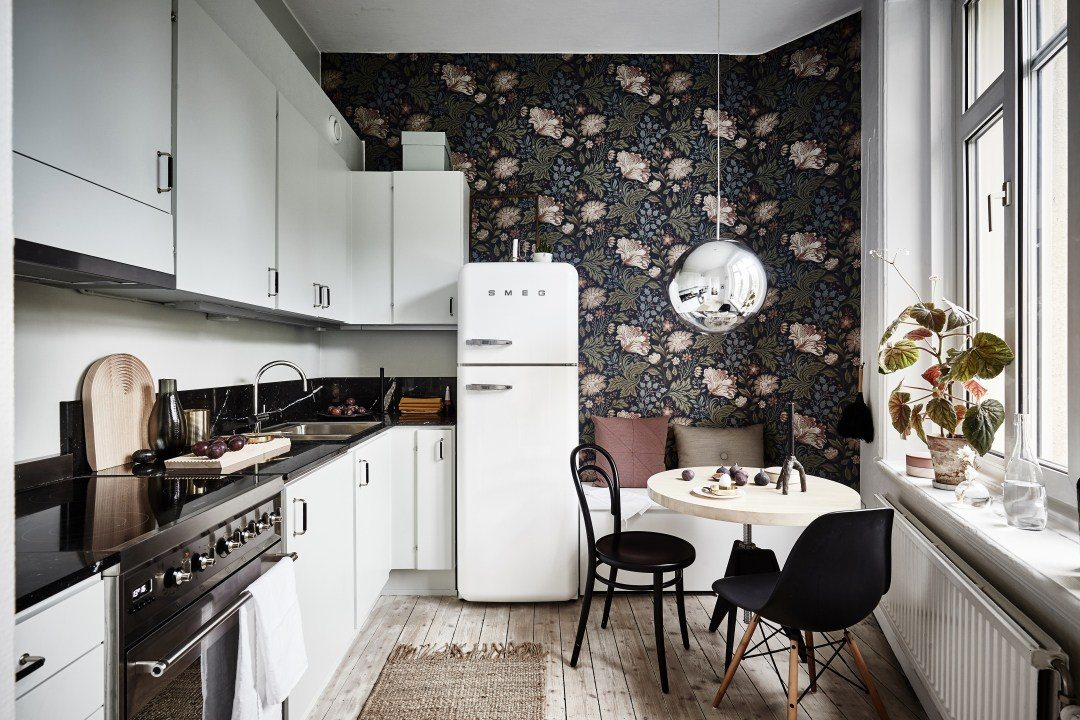 cocina pequeña con papel pintado