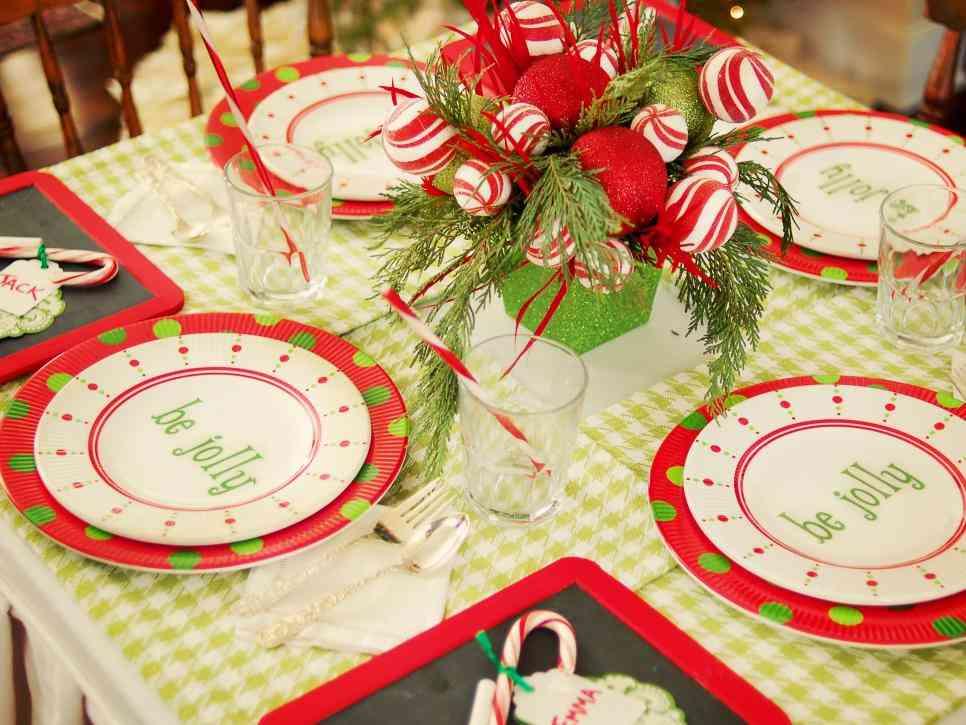 centros de mesa navideños HGTV bolas rojas