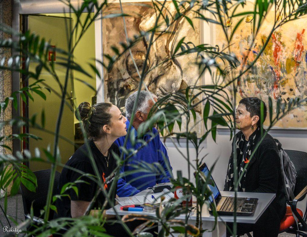 terraza con plantas y gente hablando