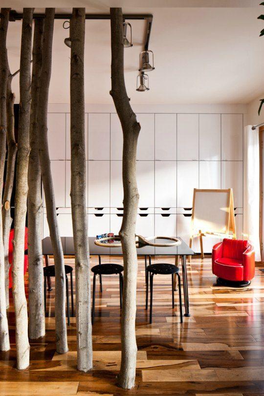 espacio dividido por troncos