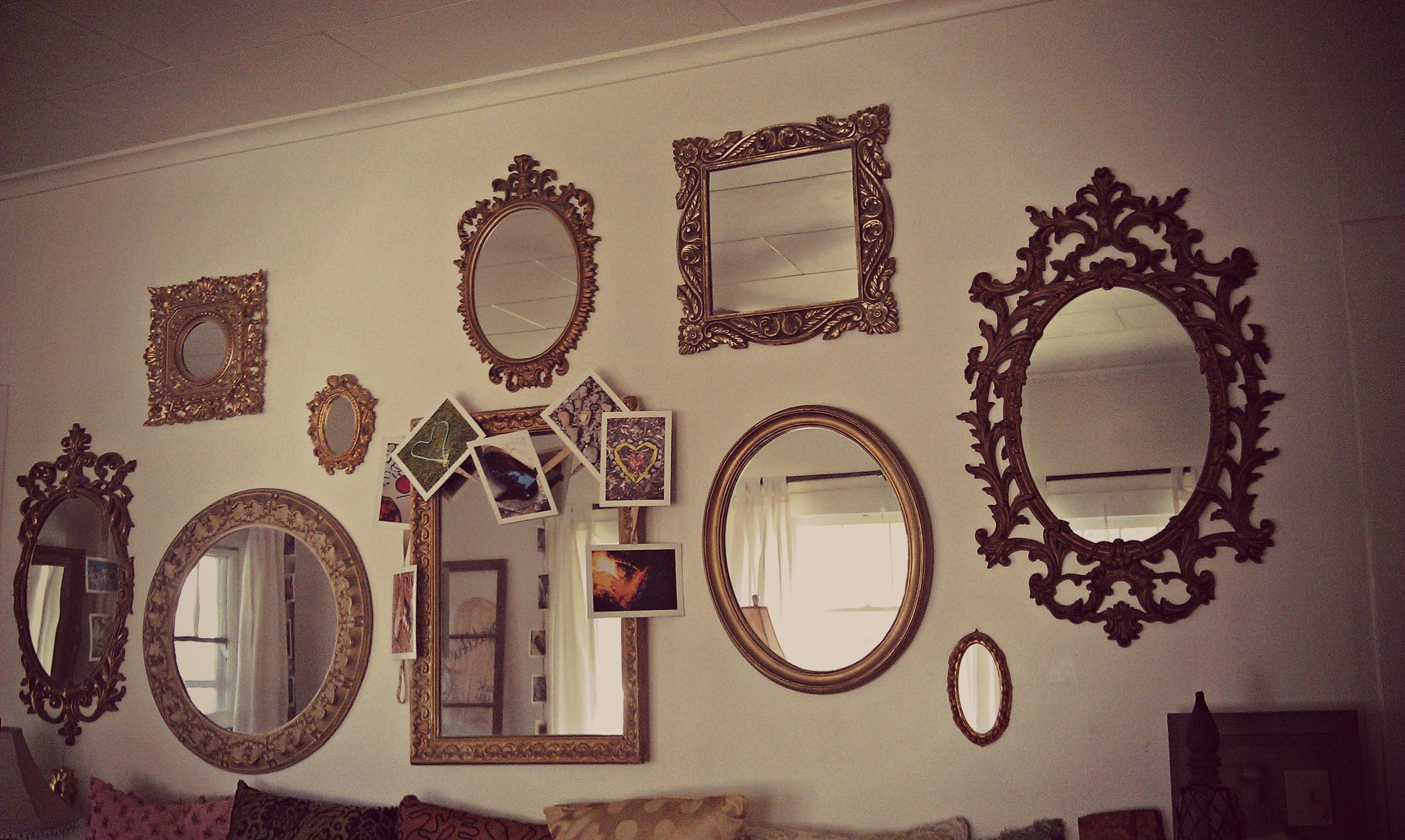 pared llena de espejos diferentes