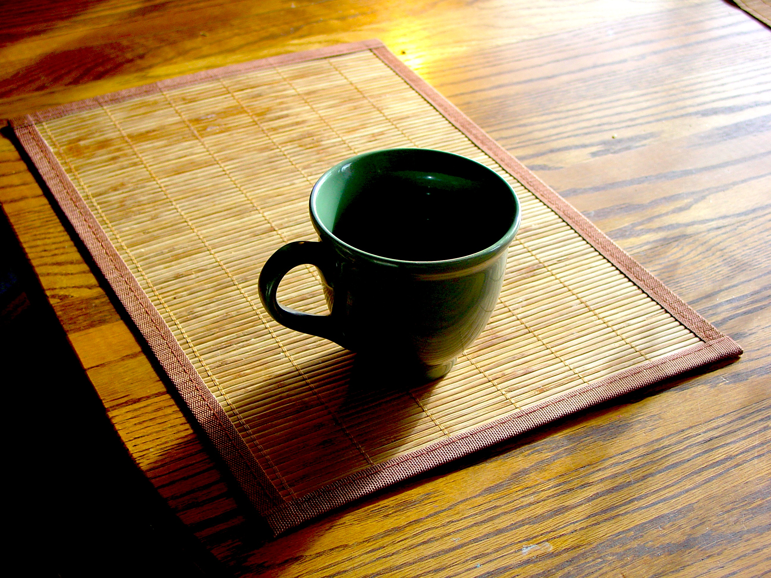 taza de café puesta sobre una mesa de madera