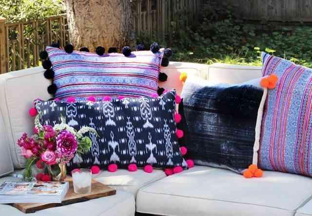 originales cojines con pompones sofa