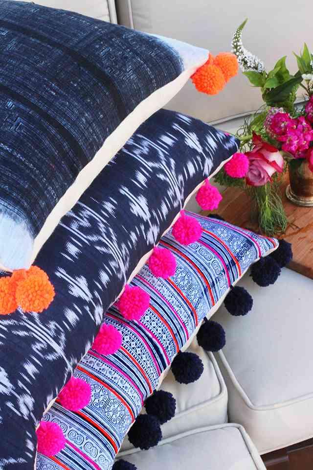 Diy c mo hacer originales cojines con pompones para tu sof - Hacer cojines para sofa ...