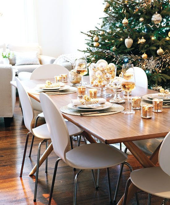 centros de mesa navideños styleathome mesa moderna con bolas doradas