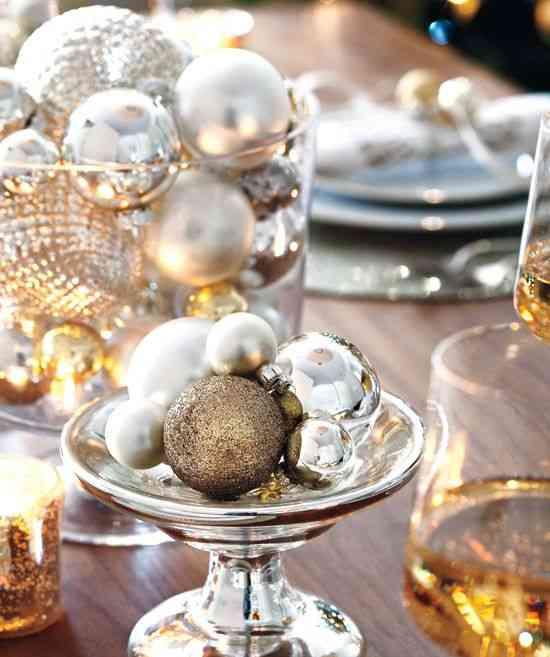 centros de mesa navideños styleathome mesa moderna con bolas doradas detalle