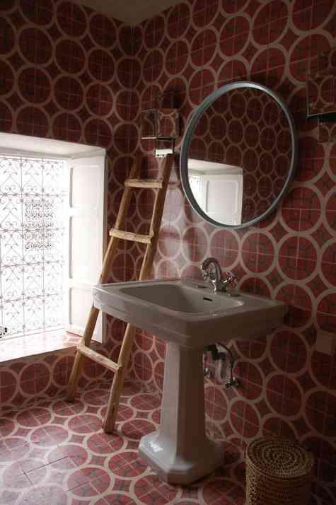 azulejos geometricos bano rojo