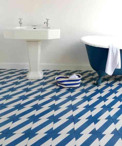 azulejos geometricos suelo azul
