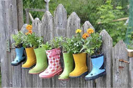 botas como macetas - decorar con flores y plantas
