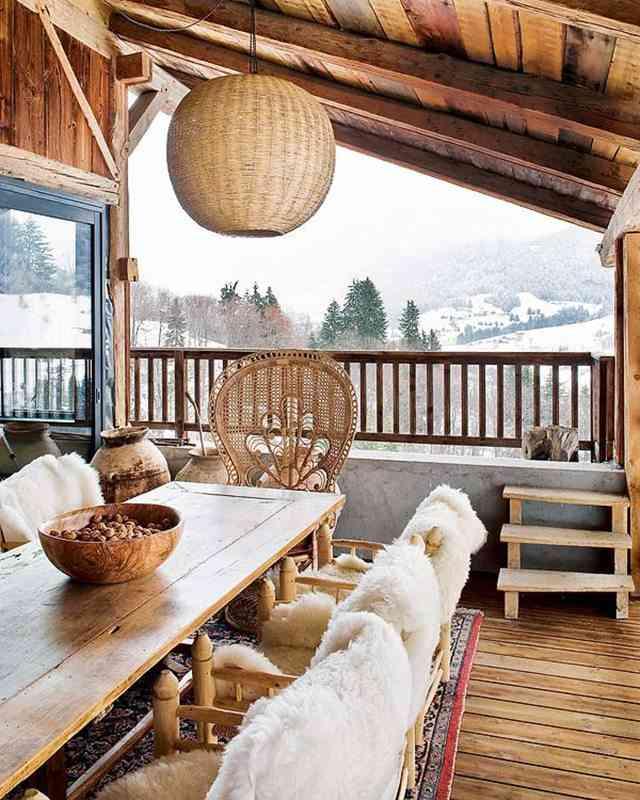 Madera y sabor étnico para una casa en los alpes franceses