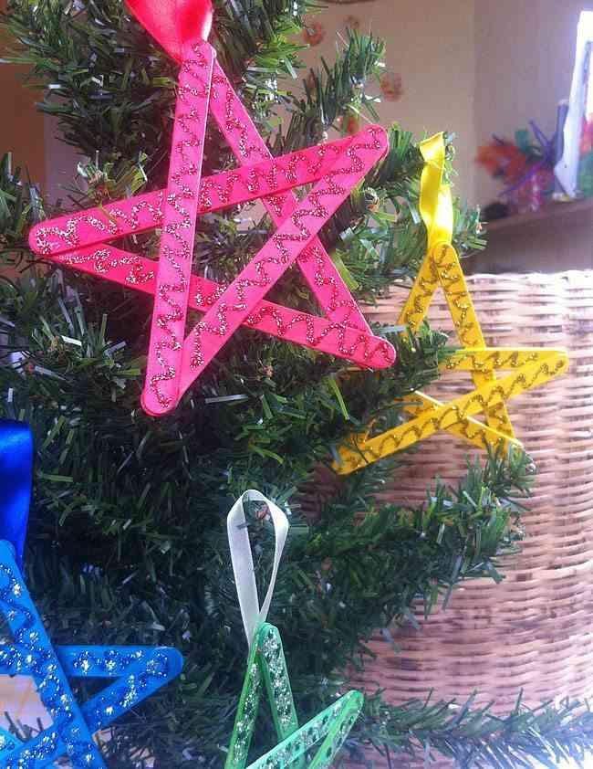manualidades y adornos de Navidad estrellas en el arbol