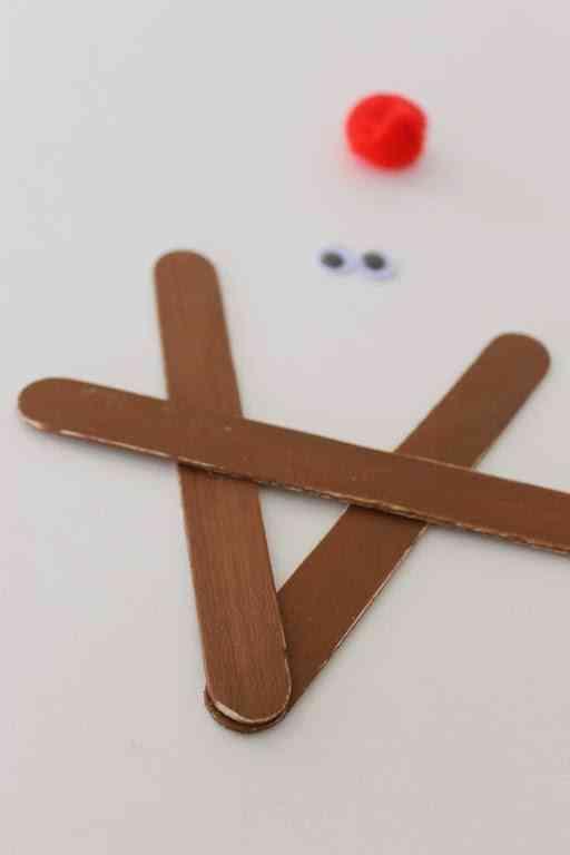 manualidades y adornos de Navidad pegar palos reno