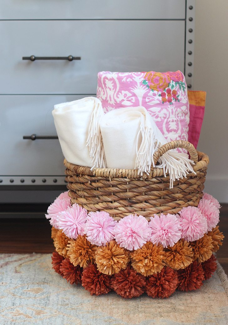 adornar la casa con pompones cesta