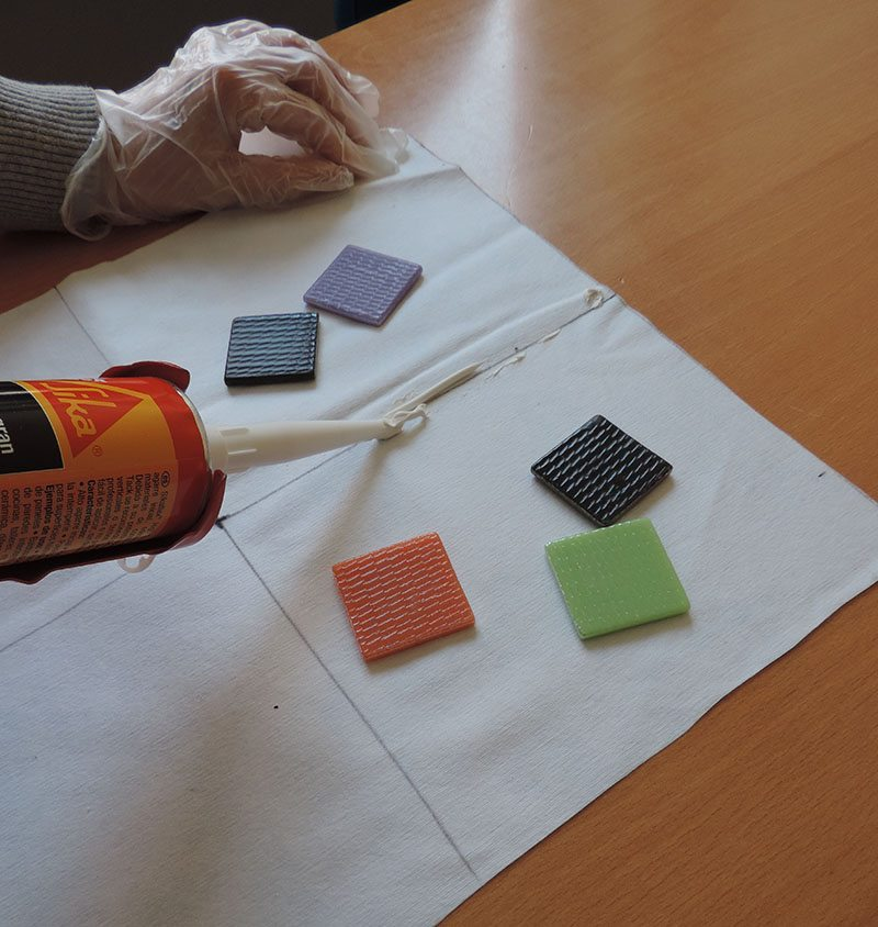 mantel individual con teselas poner adhesivo