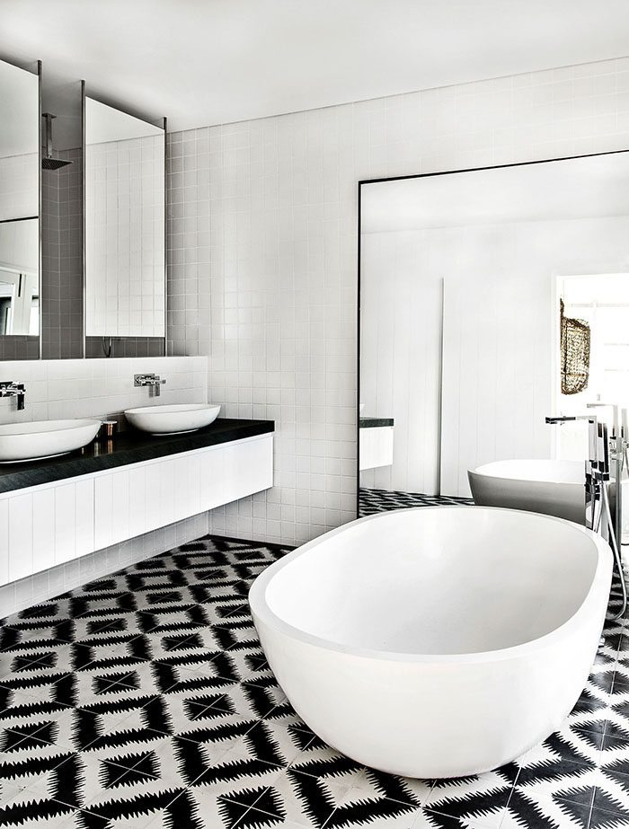 casa en blanco y negro bano