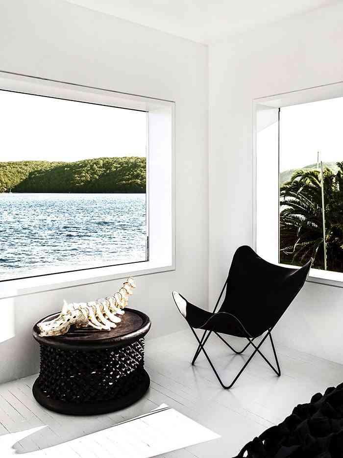 casa en blanco y negro dormitorio silla