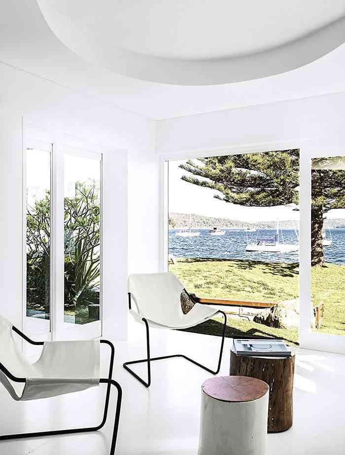 casa en blanco y negro salon sillas