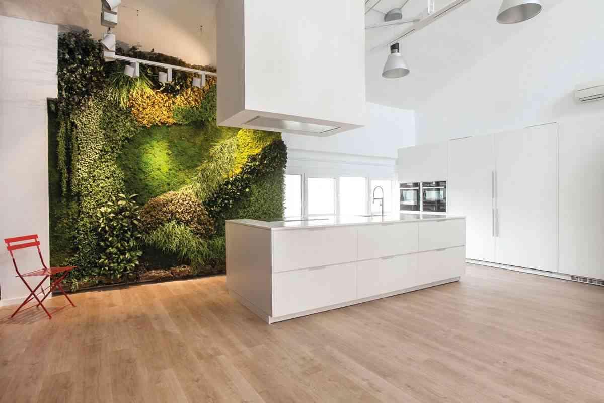jardin vertical en la cocina -blancas-con-isla-espacio-mood-diseno-santos-1