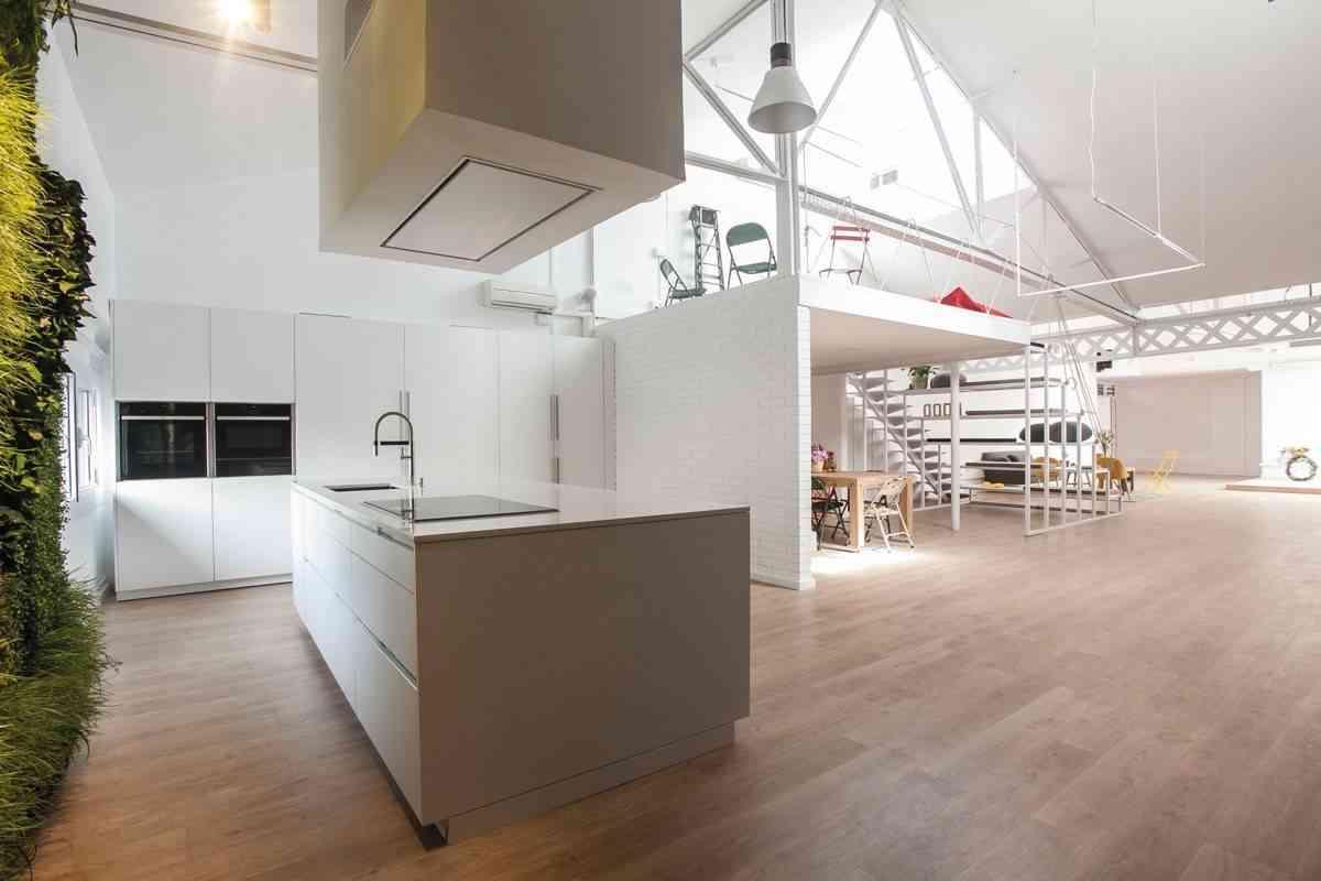 jardin vertical en la cocina -blancas-con-isla-espacio-mood-diseno-santos-2
