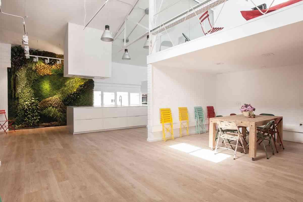 jardin vertical en la cocina -blancas-con-isla-espacio-mood-diseno-santos-4