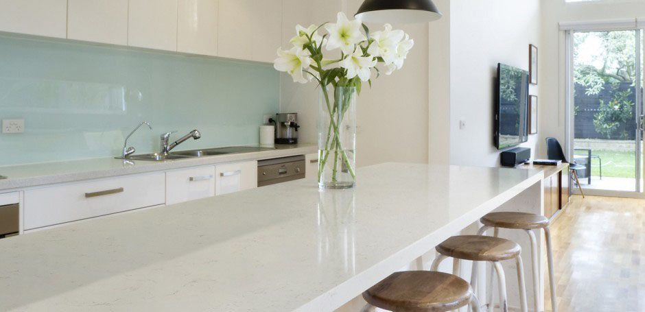 Ventajas y desventajas de una encimera de silestone para for Cocinas blancas con silestone