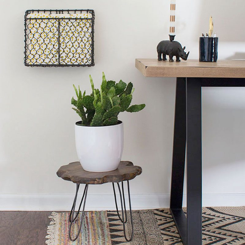 mesa auxiliar de madera y metal foto final ambiente