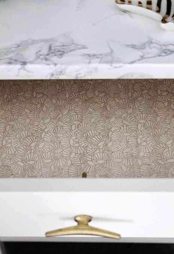 mesilla de noche con efecto marmol detalle cajon interior