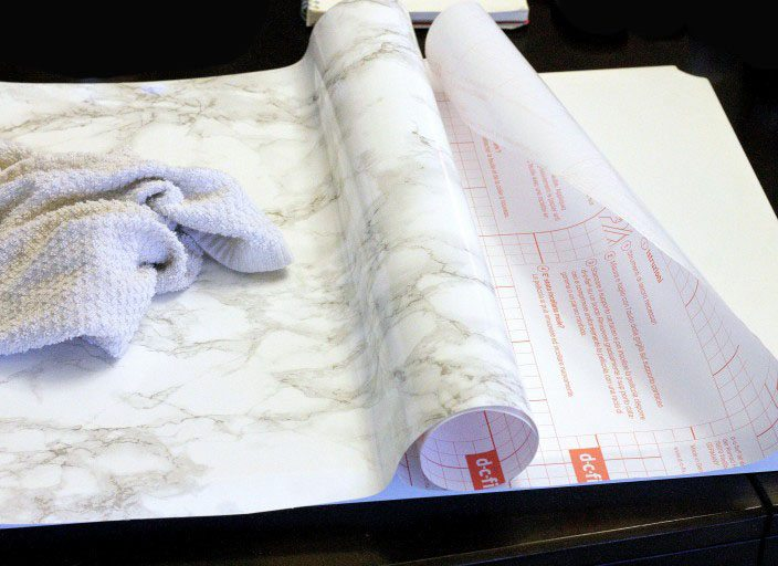 mesilla de noche con efecto marmol pegar papel